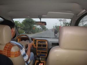 Kambodscha | Privater Taxi-Fahrer auf den Straßen in Kambodscha bei der Arbeit. Innenansicht des Taxis