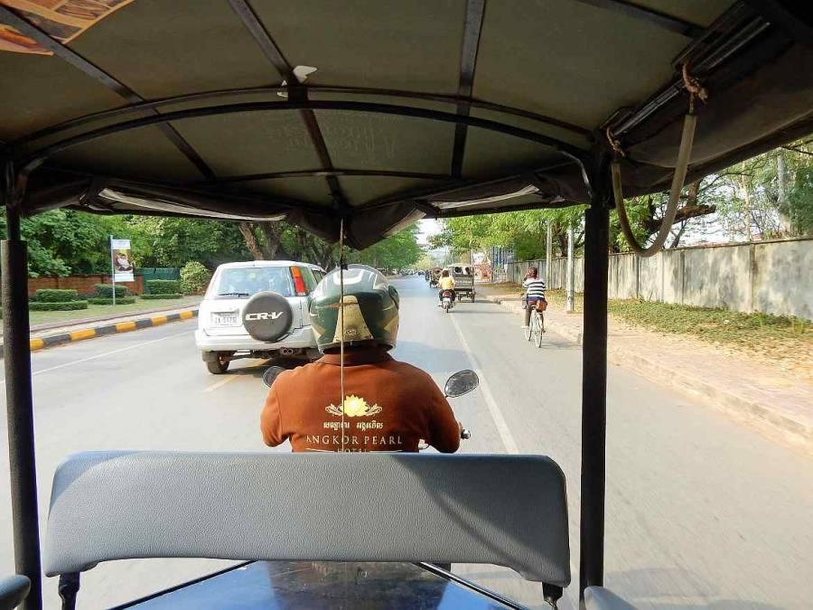 Kambodscha | Der Fahrer unseres Tuk Tuks nach Angkor in Siem Reap von hinten bei der Fahrt