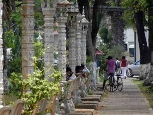 Kambodscha | Siem Reap Einheimisch sitzen am Fluss auf Bänken entlang der Allee aus Palmen und weißen Straßenlaternen. Erlebniswerte und interessante Orte gibt es viele in Siem Reap