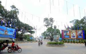 Kambodscha | Hauptkreisverkehr in Siem Reap mit einigen Rollerfahrern