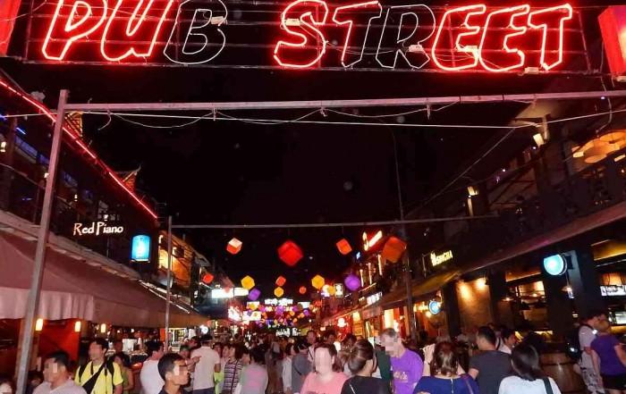 Kambodscha | Pub Street in Siem Reap. Die Party- und Restaurantmeile mit zahlreichen umherschlendernden Touristen