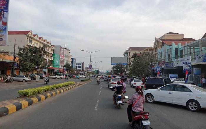 Kambodscha | Hauptstraße in Sihanoukville mit diversen Shops und Restaurants. Autos und Roller fahren kreuz und quer