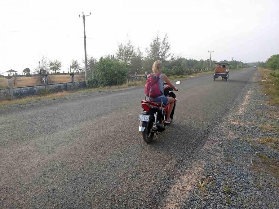 Kambodscha | Karin fährt auf dem Moped bei einer Tour entlang den Stränden in Sihanoukville