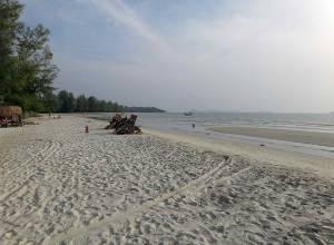 Kambodscha | Ochheuteal Beach in Sihanoukville. Fast weißer Sandstrand, flaches Meer und grüner Urwald im Inland