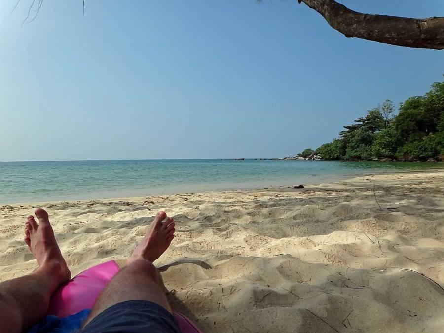 Kambodscha | Otres Beach in Sihanoukville. Henning am Strand liegend mit den Füßen im Sand und Blick auf das blaue Meer