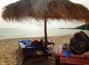 Kambodscha | Am Otres Beach in Sihanoukville ist Entspannung garantiert. Henning auf einem Liegestuhl unterm Sonnenschirm am Strand mit Meerblick