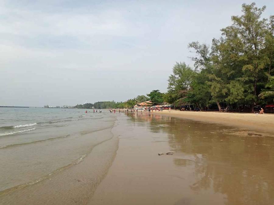 Kambodscha | Victory Beach in Sihanoukville. Panorama auf den Strand, das Meer und einige badende Menschen
