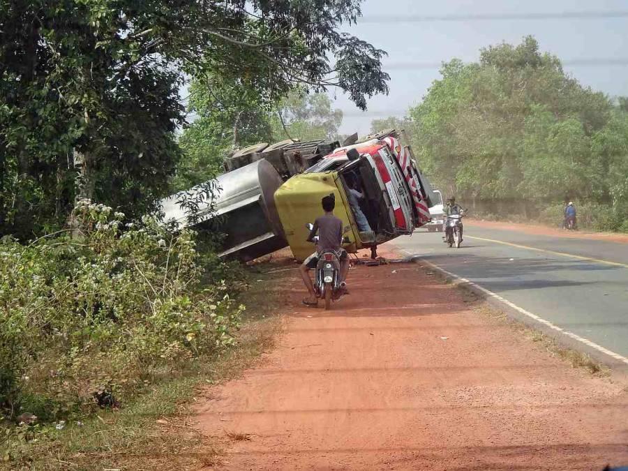 Kambodscha | Umgekippter Tanklaster auf der Straße von Sihanoukville zum Koh Kchhang Fishing Village