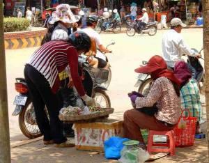 Kambodscha | Frauen verkaufen am Straßenrand Obst