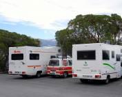 Neuseeland | Campervan versus Motorhome. Unser kleiner Hippie Camper in der Mitte von zwei großen Campern. Tipps und eine Empfehlung zur Route über Nordinsel & Südinsel haben wir in unserem Reisebericht zusammengestellt