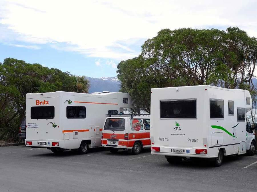 Neuseeland | Campervan versus Motorhome. Unser kleiner Hippie Camper in der Mitte von zwei großen Campern