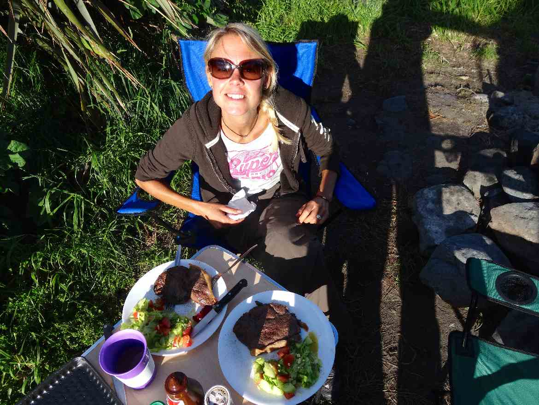 Neuseeland | Camping, einfache Gerichte die dennoch lecker sind. Hier Steak mit Salat. Tipps zum Essen & kochen.
