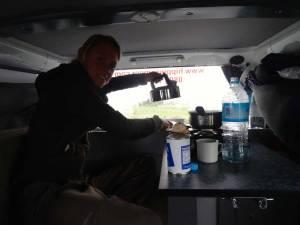 Neuseeland | Camping, auch bei Regen macht kochen im Hippie Camper Spass. Karin bereitet unser Abendessen