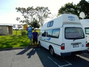 Neuseeland | Camping, typische Self Contained Stellplätze. Henning vor unserem Wendekreisen Camper