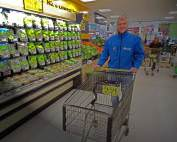 Neuseeland | Einkaufen bei Pack´n SAFE. Henning mit einem Einkaufswagen im Supermarkt. Tipps wie Du beim Einkauf der Lebensmittel & Co. sparen kannst & Preise haben wir zusammengefasst