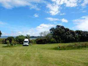 Neuseeland | Nordinsel, Ambury Regional Park Camping nahe Auckland. Unser Camper auf sattgrünen Wiesen bei blauem Himmel und Sonnenschein