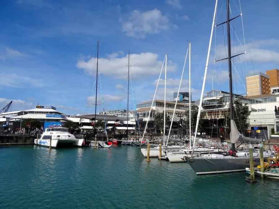 Neuseeland | Nordinsel, am Hafen in Auckland. Segelboote liegen im Wasser, einige Restaurants reihen sich aneinader