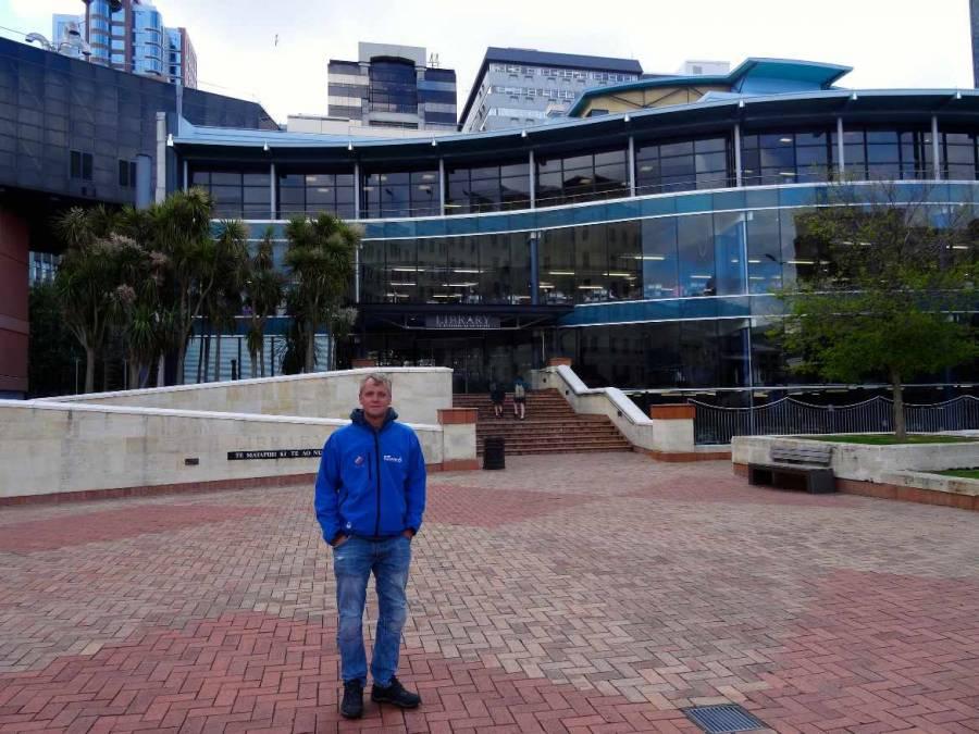 Neuseeland | Nordinsel, Henning vor der Library in Auckland
