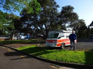 Neuseeland | Nordinsel, Point Erin Park in Auckland. Camping erlaubt. Henning vor unserem Hippie Camper