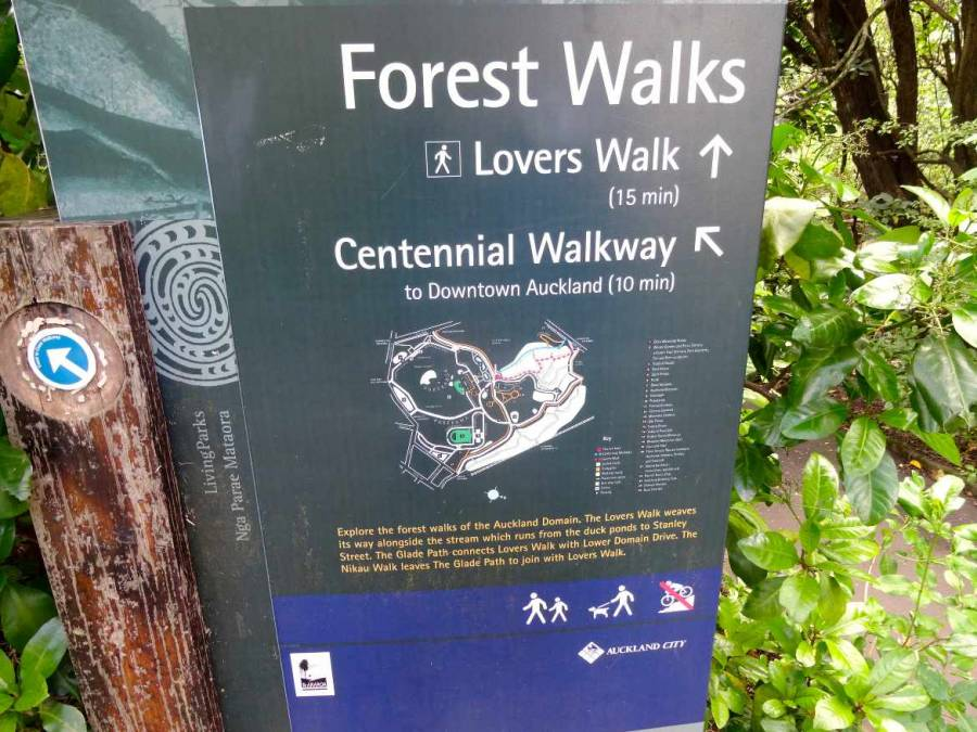 Neuseeland | Nordinsel, in Auckland gibt es zahlreiche versteckte Walks. Schild mit dem Wegweiser zu verschiedenen Spaziergängen