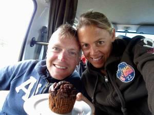 Neuseeland | Nordinsel, Karin und Henning fröhlich mit ihrem Geburtstags-Muffin