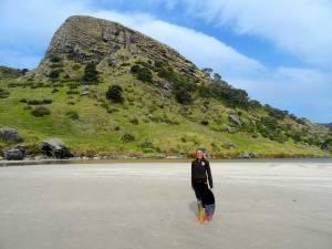 Neuseeland | Nordinsel, Karin bei ihrem Geburtstag am Strand in der Spirits Bay im hohen Norden mit einem aufragenden Felsen im Hintergrund