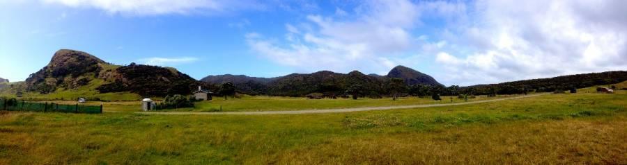 Neuseeland | Nordinsel, Panorama des Kapowairua Spirits Bay Camping im hohen Norden auf die grünen Wiesen und bewachsnen Berge im Hintergrung des Campingplatzes