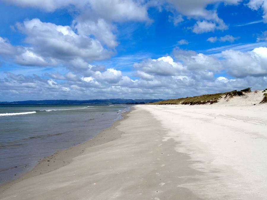 Neuseeland | Nordinsel, Strand in der Bay of Islands. Weißer kilometerlanger Sandstrand, flach abfallendes Meer