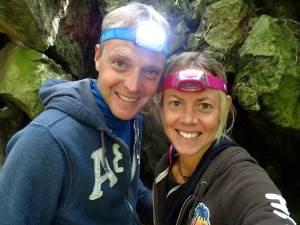 Neuseeland | Nordinsel, Erwartungsvoll am Eingang zu den Abbey Caves bei Whangarei im hohen Norden. Karin und Henning mit Stirnlampen