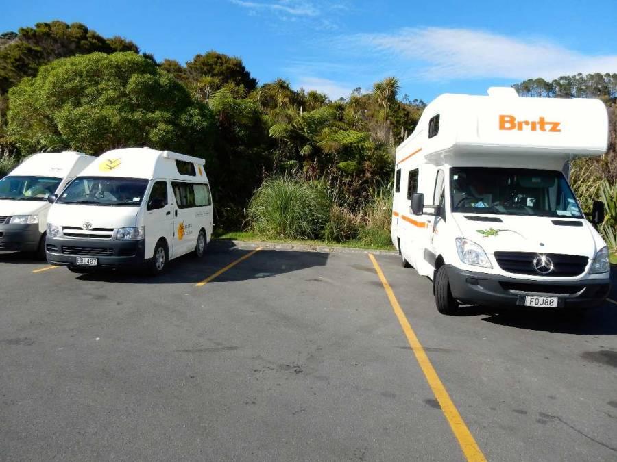 Neuseeland | Nordinsel, Camper am Cathedral Cove in der Coromandel auf dem Parkplatz