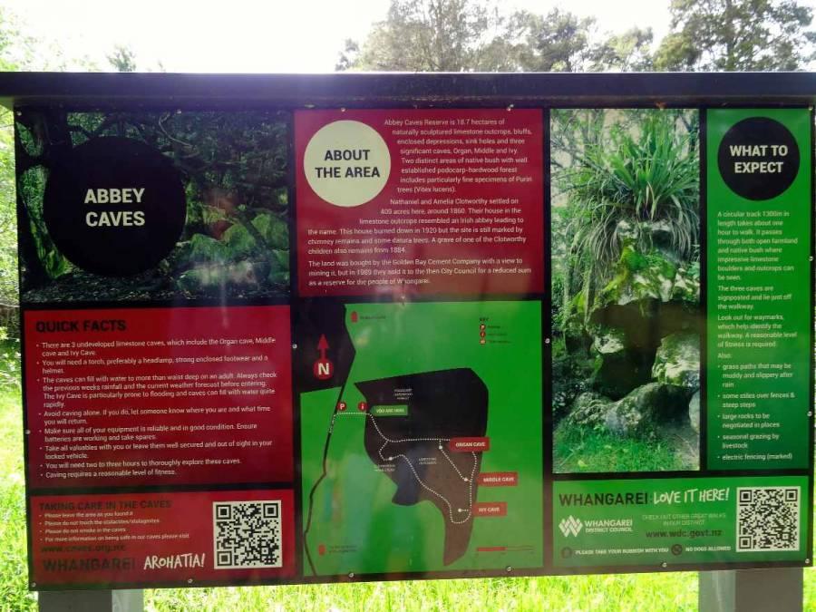 Neuseeland | Nordinsel, Informationen auf einer Tafel am Eingang zu den Abbey Caves bei Whangarei im hohen Norden