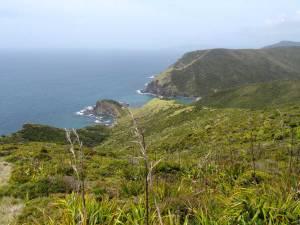 Nordinsel, Küstenabschnitt am Cape Reinga, Hoher Norden. Blick auf die grünen Berge und den blauen Ozean