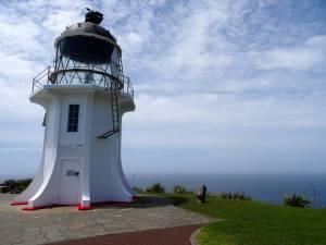 Neuseeland | Nordinsel, Leuchtturm am Cape Reinga im hohen Norden aus der Nähe. Klein, weiß mit einer Stahlkuppel aus Glas