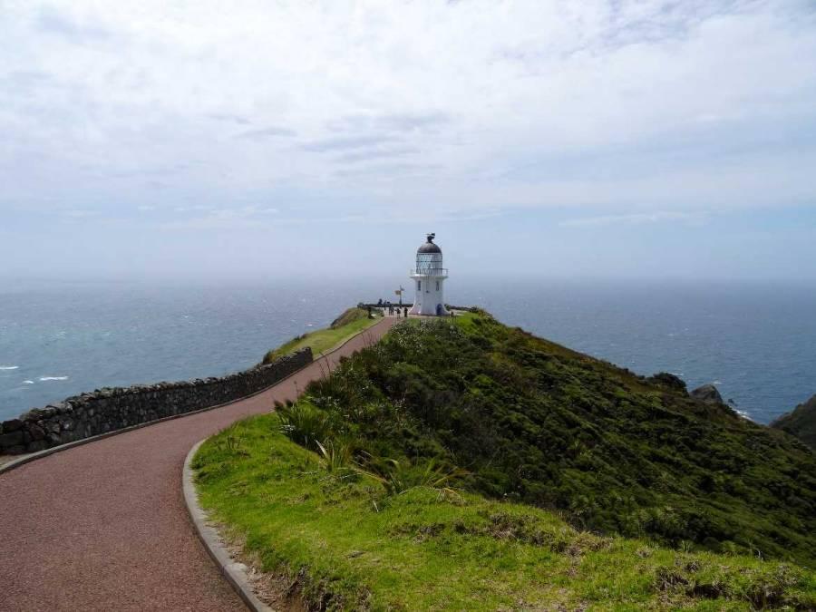 Neuseeland | Nordinsel, Panorama auf den Leuchtturm am Cape Reinga, Hoher Norden. Blick auf den Weg zum Leuchtturm mit dem Panorama des Meeres im Hintergrund