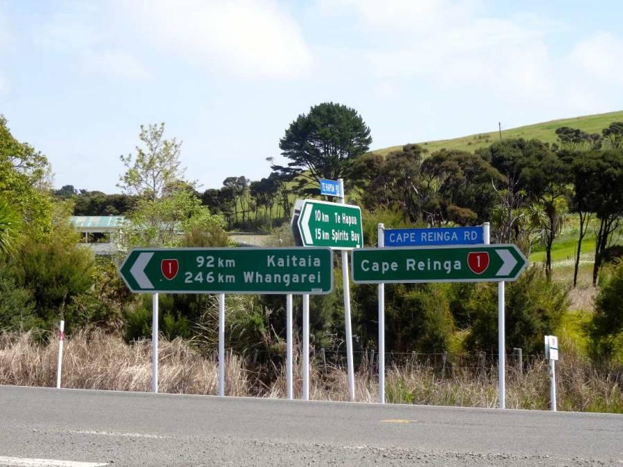 Neuseeland | Nordinsel, Der hohe Norden. Wegweiser mit Kilometerangaben zum Cape Reinga, Spirits Bay, Whangarei und Kaitaia