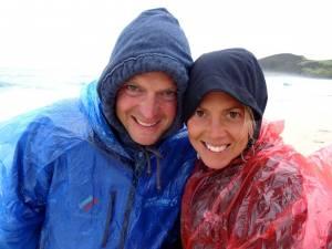 Neuseeland | Nordinsel, Regen in der Spirits Bay im hohen Norden. Karin und Henning mit Kapuzen und Regencapes am Strand
