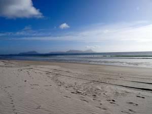 Neuseeland | Nordinsel, Strand Panorama Richtung Norden bei der Uretiti Campesite im hohen Norden. Blick auf kilometerlangen weißen Sandstrand und das Meer bei blauem Himmel