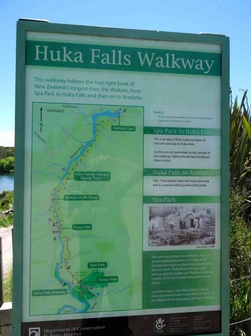 Neuseeland | Nordinsel, Wegbeschreibung des Huka Falls Walkway in Taupo auf einer grünen Karte als Tafel