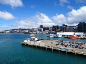 Neuseeland | Nordinsel, Ankunft der Fähre in Welligton. Blick auf den Hafen und die Stadt im Hintergrund von der Fähre aus bei blauem Himmel