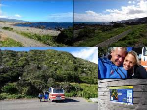 Neuseeland | Nordinsel, Eindrücke vom Camping in der Owhiro Bay in Wellington. Collage mit verschiedenen Bilder: Blick auf das Meer, Henning sitzt entspannt im Klappstuhl vor dem Camper, Karin und Henning in Nahaufnahme, Tsunami Warnschild samt Verhaltenstipps