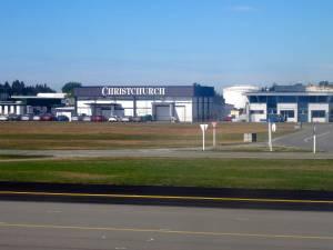 Neuseeland | Südinsel, Ankunft am Flughafen in Christchurch . Blick aus dem Fenster unseres Fliegers auf die Ankunftshallen mit der weißen Aufschrift Christchurch