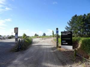 Neuseeland | Südinsel, Roto Kohatu Reserve bei Christchurch. Eingang, Startpunkt und Straße des Spaziergangs rund um den See bei blauem Himmel
