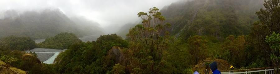 Neuseeland | Südinsel, Panorama auf den Franz Josef Gletscher bei Regen. Bei Regen verschwindet der weit entfernte Franz Josef Gletscher vollends im grauen Nebel