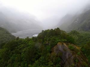 Neuseeland | Südinsel, Franz Josef Gletscher Viewpoint. Bei Regen verschwindet der weit entfernte Gletscher vollends im grauen Nebel