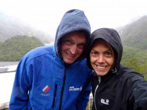 Südinsel, Wir stehen im Regen am Franz Josef Gletscher. Karin und Henning mit Kapuzen vor dem im grau verschwundenen Gletscher