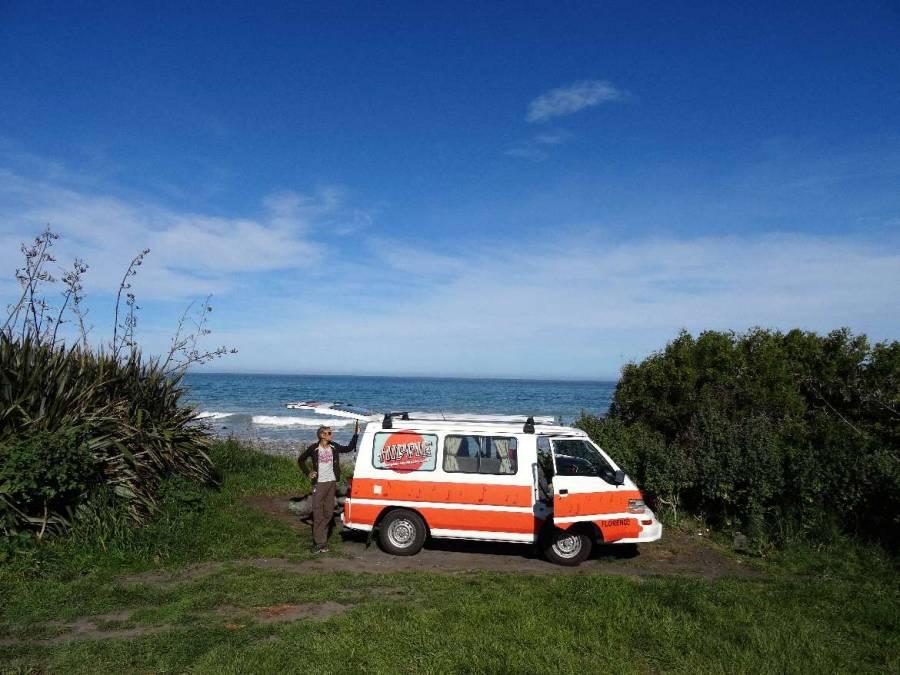 Neuseeland | Südinsel, Meatworks Camping Platz in Kaikoura. Unser Hippie in einer einsamen Bucht mit direktem Meerblick