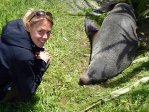 Neuseeland | Südinsel, Hautnahes Erlebnis: Robben in Kaikoura. Karin strahlend auf dem Boden hockend vor einer schlafenden Robbe