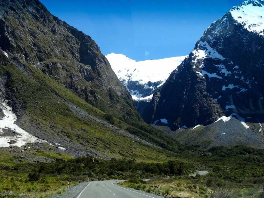 Neuseeland | Südinsel, Strecke durch Serpentinen und schneebedeckte Berge zum Milford Sound