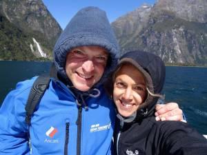 Neuseeland | Südinsel, Selfie von Karin und Henning am Milford Sound. Es ist trotz Sonnenschein kalt und windig an Board der Fähre