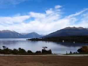 Neuseeland | Südinsel, Lake Te Anau. Blick auf den See, der umgeben von schneebedeckten Bergen ist
